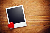 Lege instant foto en kleine rood hart — Stockfoto