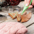 Icing the gingerbread cookie — Stock Photo