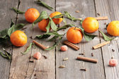 Mandarines and cinnamon on the wooden table — Stockfoto