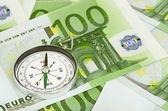 Eurosedlar och en kompass — Stockfoto