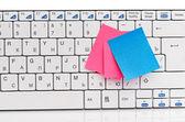 Memo on white keyboard — Stock Photo