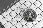 Klávesnice počítače a retro kompas — Stock fotografie