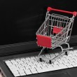 Online-shopping. Trolley auf laptop — Lizenzfreies Foto
