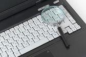 拡大ガラスとラップトップ — ストック写真