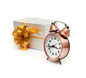 Une horloge rétro avec présente — Photo
