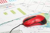 Finanziario grafico con il mouse del computer — Foto Stock