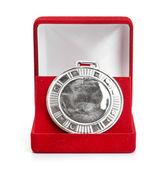 Серебряная медаль в красной подарочной коробке. изолированные на белом фоне — Стоковое фото