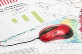 Financiero gráfico con ratón de la computadora — Foto de Stock