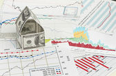 дом долларов. на фоне диаграммы — Стоковое фото
