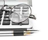 Gafas y pluma a la calculadora — Foto de Stock