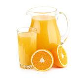 Jarro, copo de suco de laranja e frutas laranja — Foto Stock