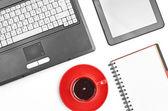 Laptop und office supplies auf weiß — Stockfoto