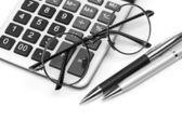 Okulary i pióra na kalkulator — Zdjęcie stockowe
