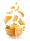 Bowl of potato chips isolayed on white — Stockfoto