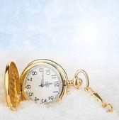Ročník hodiny na pozadí sněhu — Stock fotografie