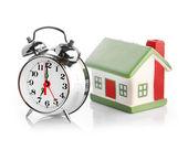 玩具小房子和闹钟 — 图库照片
