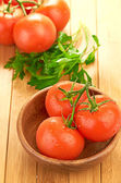 Tomates en un tazón de madera — Foto de Stock