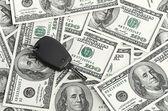 Llave del coche en el fondo de 100 dólares — Foto de Stock