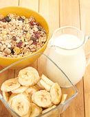 Deliciosas y saludables cereales en un tazón con leche — Foto de Stock
