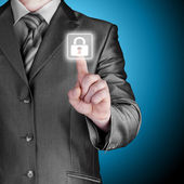 нажав кнопку виртуальной безопасности бизнесмен — Стоковое фото