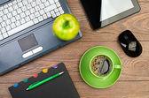Worplace üzerinde yeşil elma — Stok fotoğraf