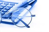 Gözlük ve kalem üzerinde hesap makinesi — Stok fotoğraf