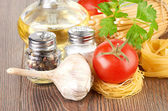 Setting pasta with tomato and garlic — Stock Photo