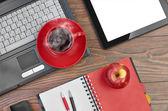 木製のテーブルにラップトップ ・事務用品 — ストック写真