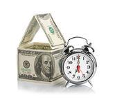 Casa fatta di dollari e sveglia. — Foto Stock
