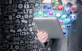 Obchodní muž používání počítače tablet pc s barevnými aplikací ikony — Stock fotografie