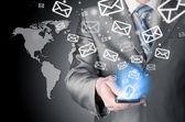 E-posta göndermek ve akıllı telefon tutarak iş adamı — Stok fotoğraf