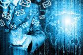 Biznes człowiek trzyma silny telefon i wysyłanie e-maili — Zdjęcie stockowe