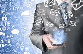 Geschäftsmann holding Smartphone und Versenden von e-Mails — Stockfoto