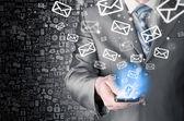 Homem negócios, segurando o telefone inteligente e envio de e-mails — Fotografia Stock