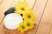 Cream with flower — Stockfoto