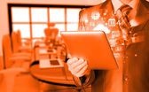 使用 tablet pc 的商人 — 图库照片