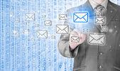Podnikatel tlačí na virtuální e-mailu. — Stock fotografie