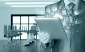 Uomo d'affari utilizzando tablet pc — Foto Stock