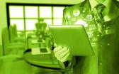 Homem de negócios usando o tablet pc — Foto Stock