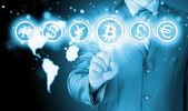 Wybierając bitcoins, ekran dotykowy biznesmen naciskając przycisk. — Zdjęcie stockowe