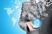 Homem negócios, segurando o telefone inteligente e envio de e-mails — Foto Stock