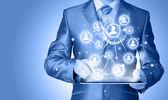 Affärsman som använder tablet pc sociala anslutning — Stockfoto