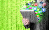 Hombre de negocios uso tablet pc con iconos de aplicaciones colorido — Foto de Stock