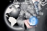 Affärsman hålla smart telefon och skicka e-post — Stockfoto