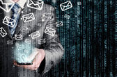 Obchodní muž držel chytrý telefon a odesílání e-mailů — Stock fotografie