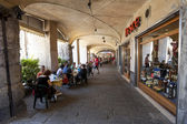 Tourists in sidewalk cafes in Genoa, Italy — Stock Photo