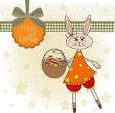 Conejo de pascua con una canasta de huevos de pascua — Foto de Stock