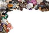 Beyaz arka plan üzerinde renkli taşlar — Stok fotoğraf