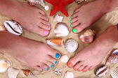 Kum ve kabukları kadın bacakları — Stok fotoğraf