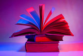 Pila di libri con aprire uno. — Foto Stock
